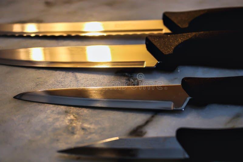 Couteaux sur une table photos libres de droits