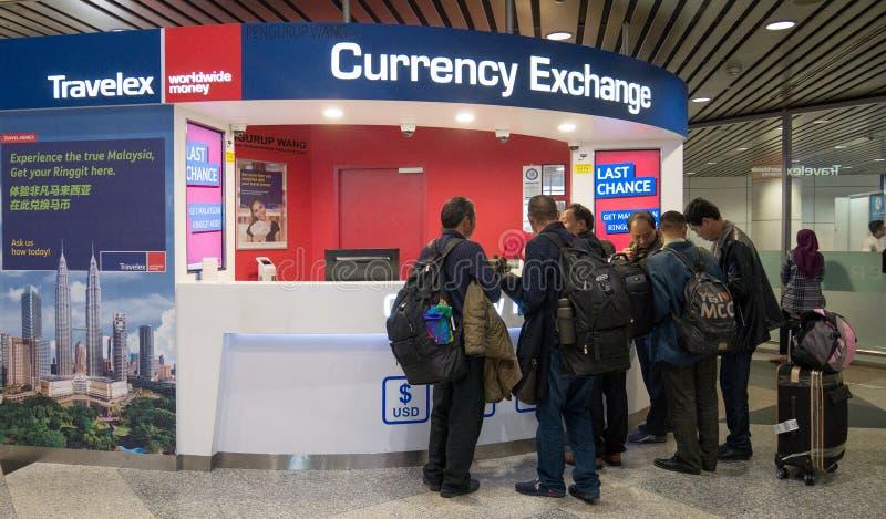 Couter валютной биржи Travelex Магазин обменом денег в обслуживании международного аэропорта Куалаа-Лумпур для посетителя и турис стоковые фото