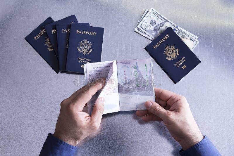 Coutumes ou fonctionnaire de frontière vérifiant un passeport image libre de droits