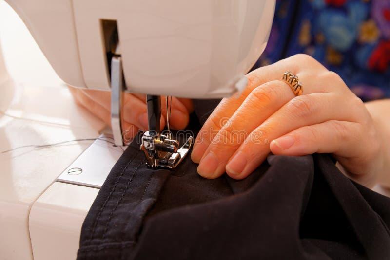 Couture sur la machine à coudre image libre de droits
