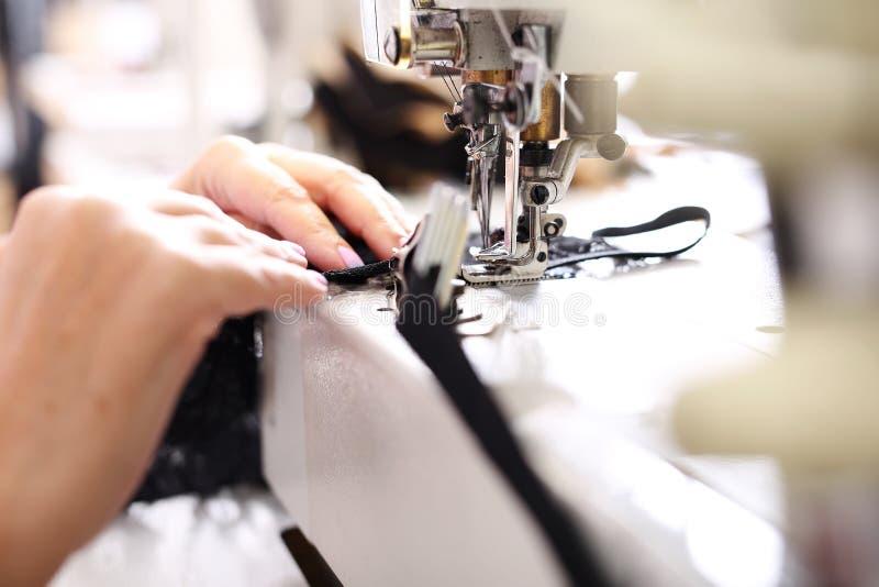 Couture sur une machine images libres de droits