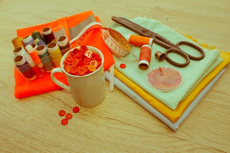 Couture toujours de la vie : tissu coloré ciseaux et inclu de kit de couture image libre de droits