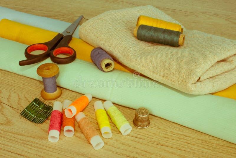Couture toujours de la vie : tissu coloré ciseaux et inclu de kit de couture photos stock