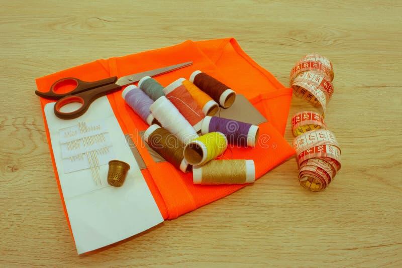 Couture toujours de la vie : tissu coloré ciseaux et inclu de kit de couture photo stock