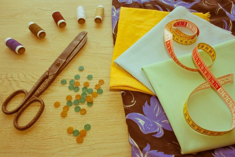 Couture toujours de la vie : tissu coloré Le kit de couture inclut les fils o image libre de droits