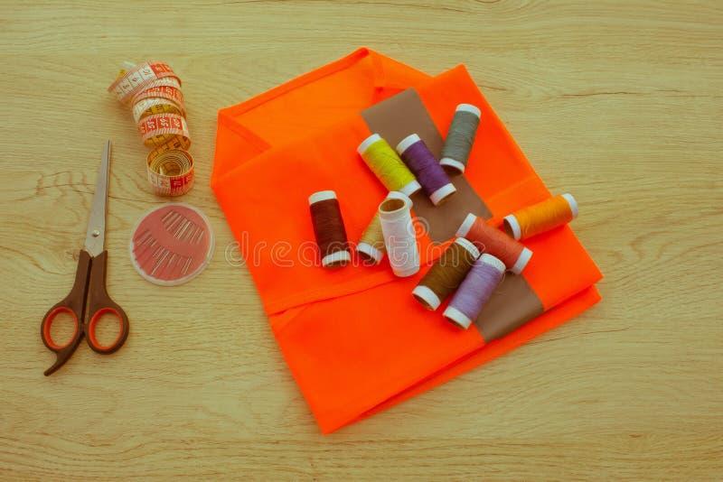Couture toujours de la vie : tissu coloré Le kit de couture inclut les fils o photos stock