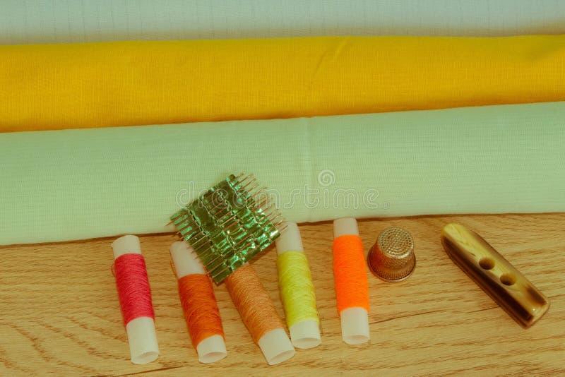 Couture toujours de la vie : tissu coloré Le kit de couture inclut les fils o image stock