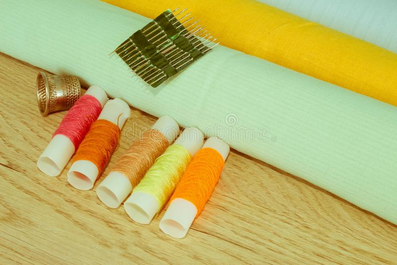 Couture toujours de la vie : tissu coloré Le kit de couture inclut les fils o photo stock