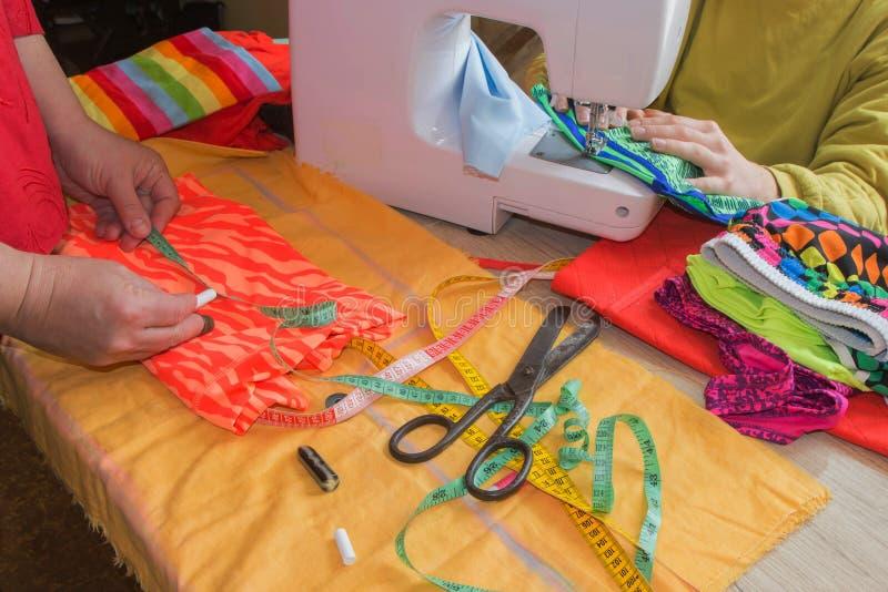 Couture toujours de la vie : tissu coloré les ciseaux et le kit de couture incluent des fils de différentes couleurs, de dé et de image libre de droits