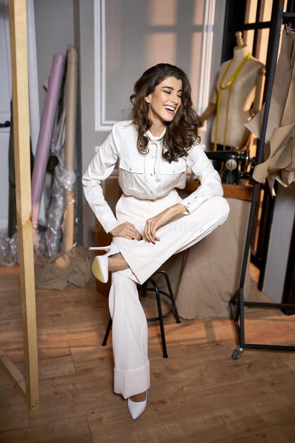 Couturier dans des vêtements légers dans l'atelier de couture photos libres de droits