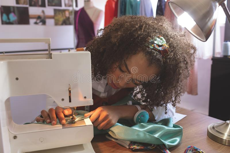 Couturier féminin travaillant avec la machine à coudre photo stock