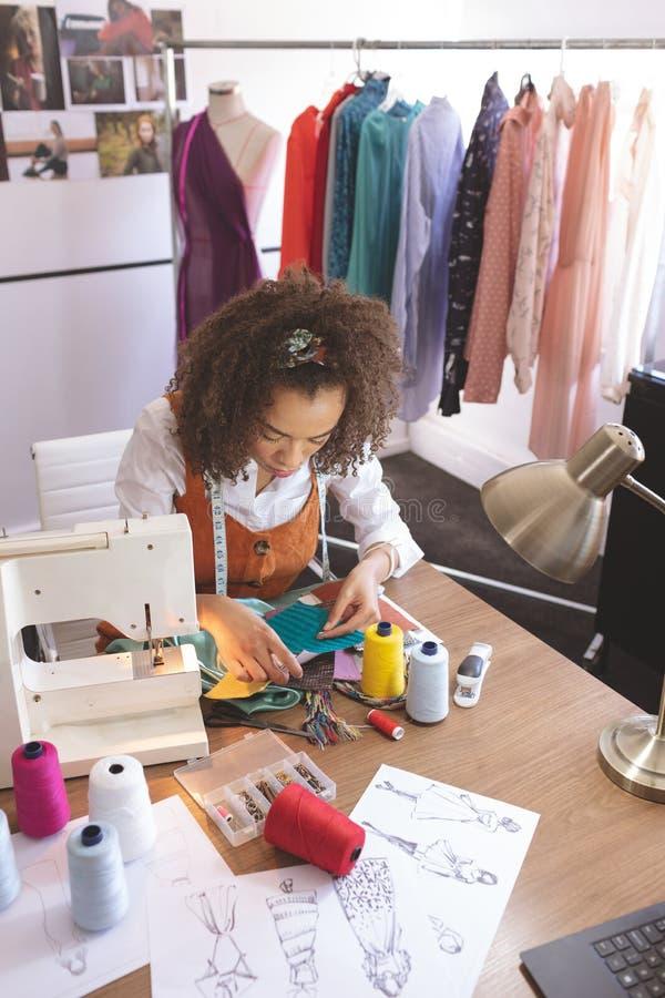 Couturier féminin travaillant dans le studio de conception photos libres de droits