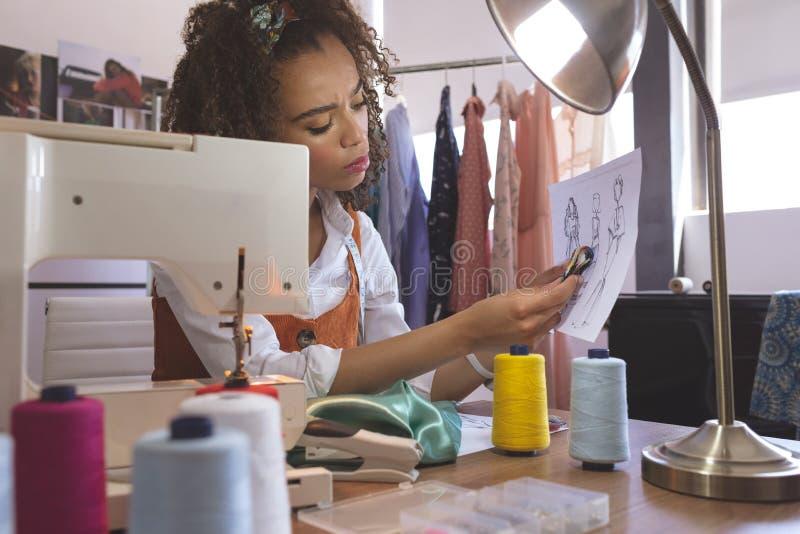 Couturier féminin travaillant dans le studio de conception photo libre de droits