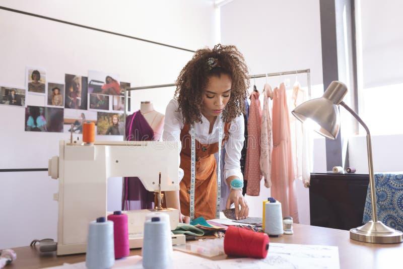 Couturier féminin travaillant dans le studio de conception photographie stock libre de droits