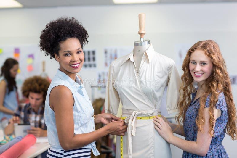 Couturiers féminins au travail photographie stock