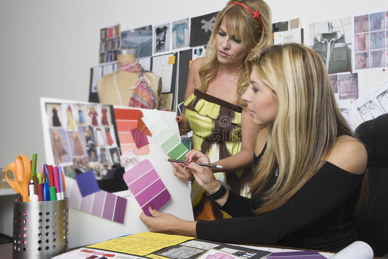 Couturiers féminins travaillant au bureau photographie stock libre de droits