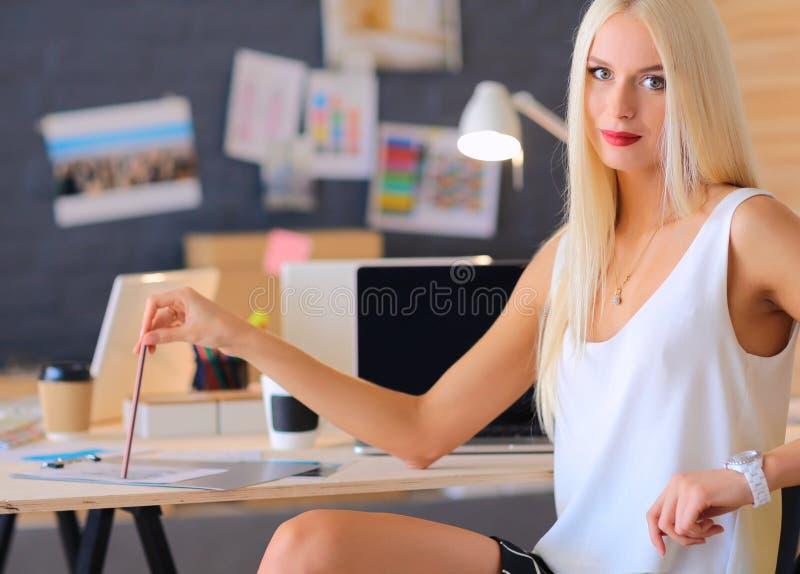 Download Couturiers Travaillant Dans Le Studio Se Reposant Sur Le Bureau Photo stock - Image du mannequin, réel: 87700658