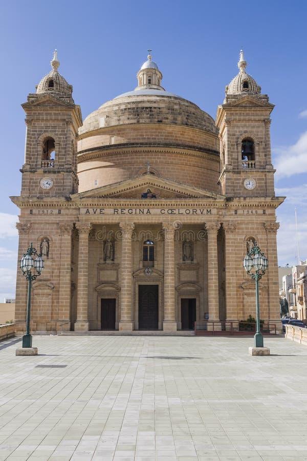 Coutyard e fachada da igreja do ` s de St Mary em Mgarr em Malta fotos de stock royalty free