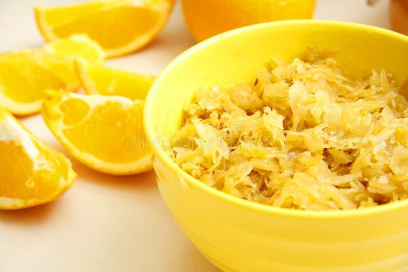 Couve assada suco de laranja na bacia amarela fotografia de stock royalty free