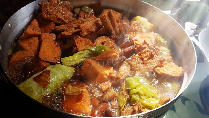 Couve cozido com sopa de cogumelo do Shiitake da fervura da folha do coalho de feijão e do coalho de feijão secado no potenciômet fotografia de stock royalty free
