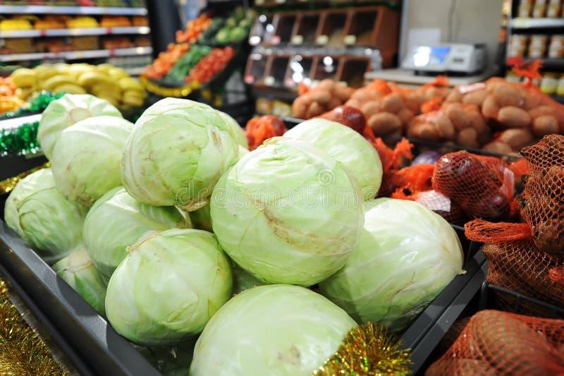 Couve fresca no mercado dos fazendeiros Produto dietético e do vegetariano imagens de stock royalty free