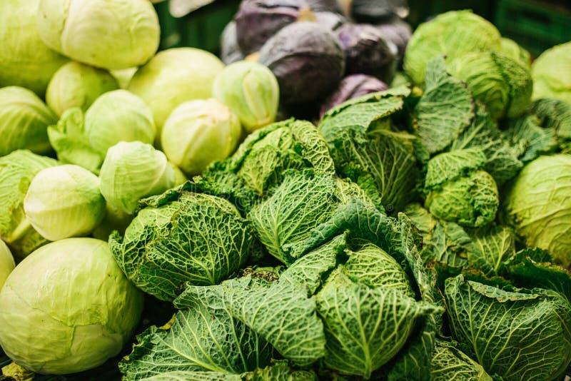 Couve fresca no mercado dos fazendeiros Produto dietético e do vegetariano Produtos locais naturais no mercado da exploração agrí fotos de stock