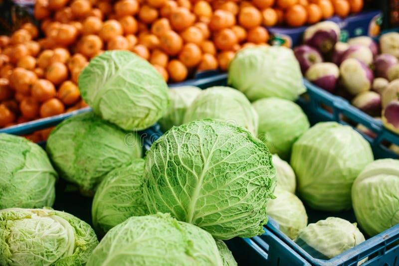 Couve fresca no mercado dos fazendeiros Produto dietético e do vegetariano Produtos locais naturais no mercado da exploração agrí foto de stock