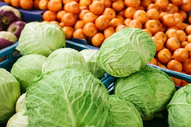 Couve fresca no mercado dos fazendeiros Produto dietético e do vegetariano Produtos locais naturais no mercado da exploração agrí foto de stock royalty free