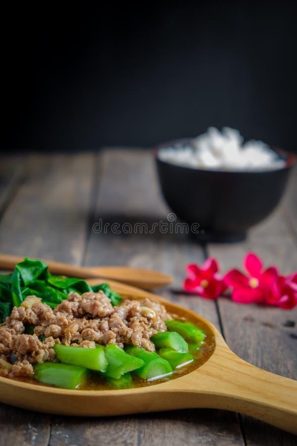 Couve fritada agitação de Hong Kong com costeletas de carne de porco fotografia de stock royalty free