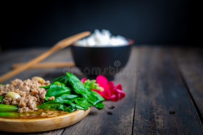 Couve fritada agitação de Hong Kong com costeletas de carne de porco imagem de stock