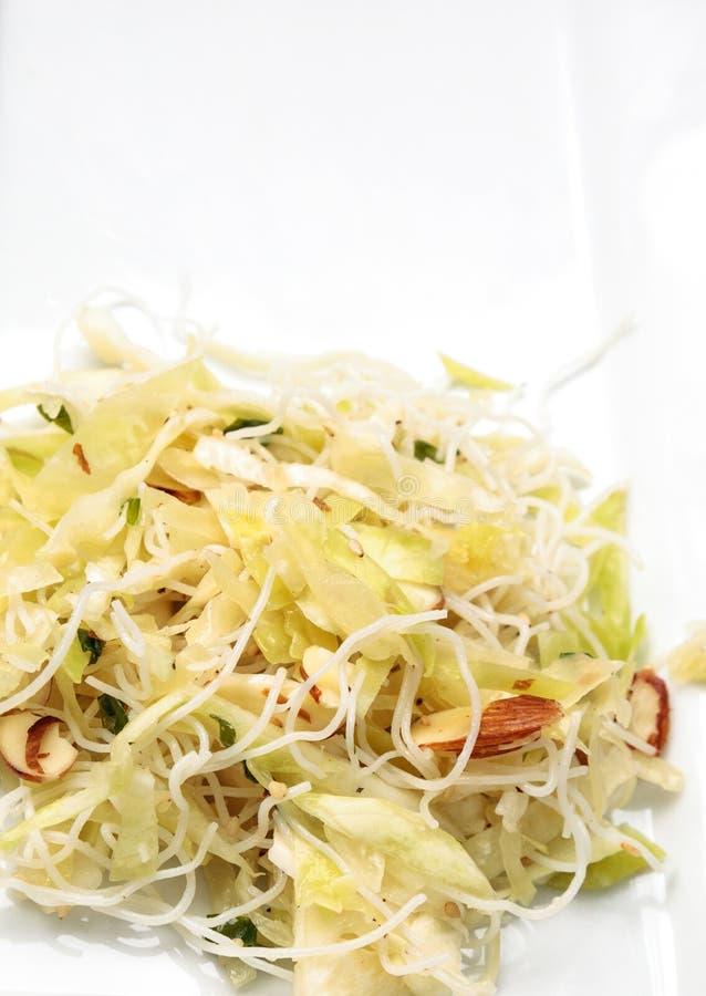 Couve, massa do arroz e salada asiáticas saudáveis da amêndoa fotografia de stock royalty free