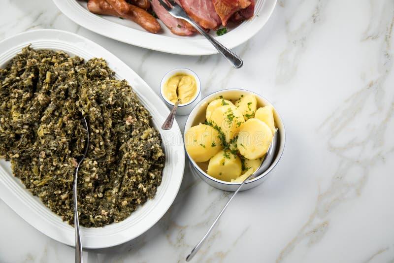 Couve verde de Oldenburger do prato alemão tradicional do inverno com o pescoço da mistura da salsicha, da carne de porco de Kass foto de stock royalty free