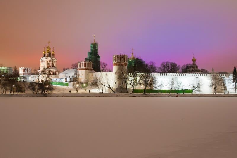 Couvent de Novodevichy, également connu sous le nom de monastère de Bogoroditse-Smolensky illuminé la nuit images stock
