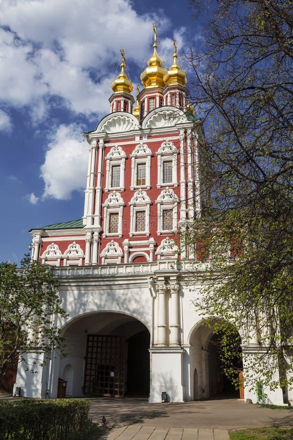 Couvent de Novodevichy L'église de la transfiguration au-dessus de la porte du nord image libre de droits