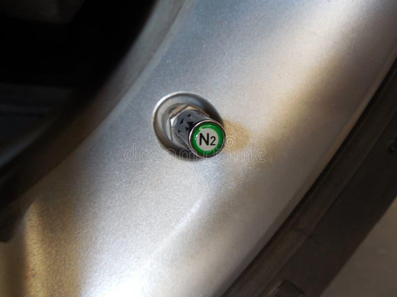 Couvercle de valve d'azote de Chrome (N2) sur la sonde de TPMS photographie stock libre de droits