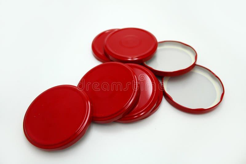 Couvercles rouges en métal pour la mise en boîte images stock