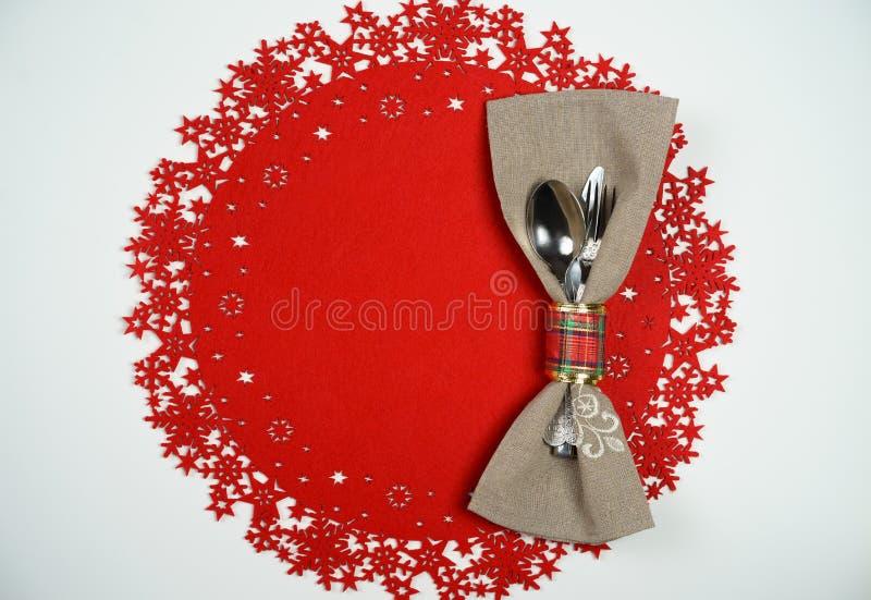 Couvert de Noël et de Tableau de vacances de nouvelle année Vue supérieure, fond de laine rouge Concept de vacances d'hiver images libres de droits