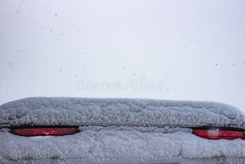 Couvert de signaux d'arrêt de neige une voiture de sport image stock