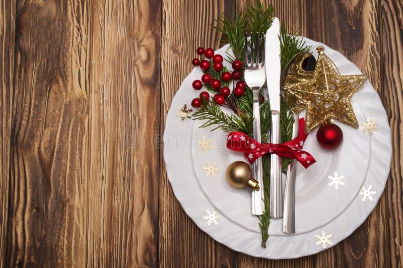 Couvert de table de Noël avec les branches, le ruban et l'arc de pin photographie stock