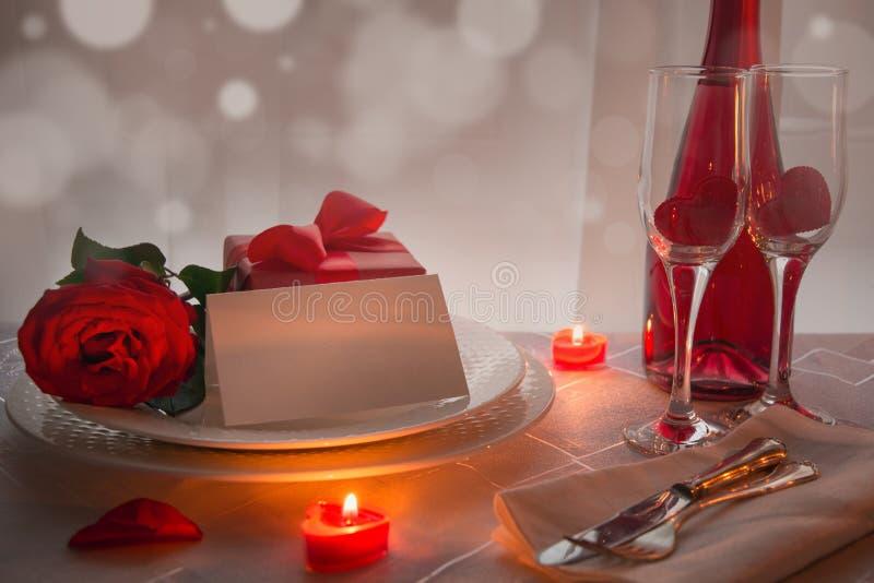 Couvert de table de jour de valentines avec les roses rouges et le champagne Invitation pendant une date image libre de droits