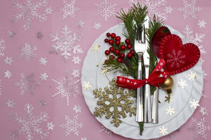 Couvert de table de Noël avec les branches, le ruban et l'arc de pin image libre de droits