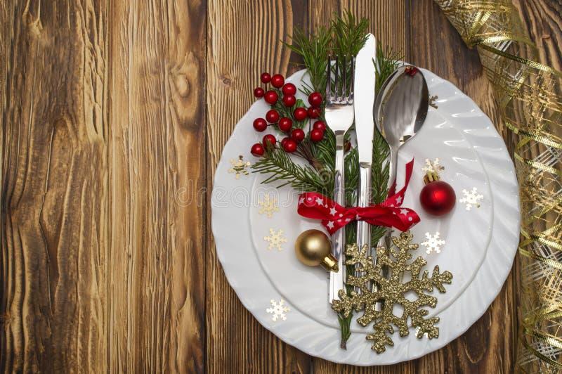 Couvert de table de Noël avec les branches, le ruban et l'arc de pin photo stock