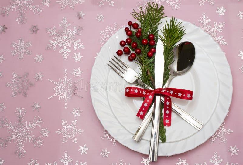 Couvert de table de Noël avec les branches, le ruban et l'arc de pin photos stock