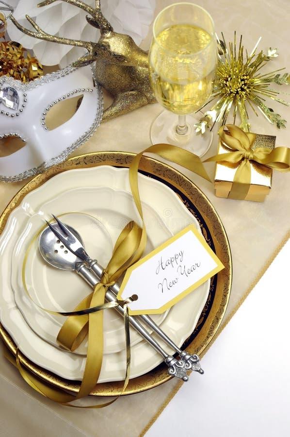 Couvert fin élégant de blanc et de table de salle à manger de bonne année d'or - verticale photos stock
