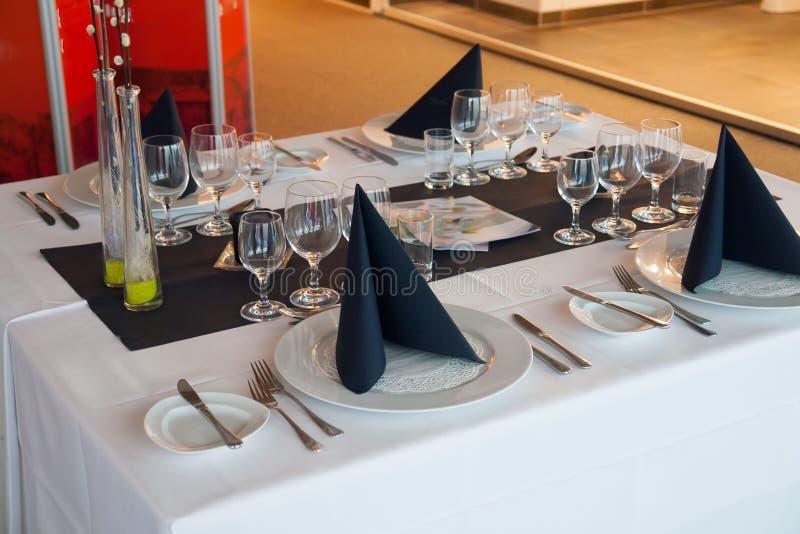 Couvert fin de table de dîner de restaurant photos stock