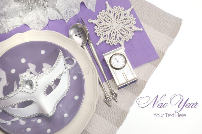 Couverts élégants de table de salle à manger de bonne année de thème pourpre lilas images libres de droits