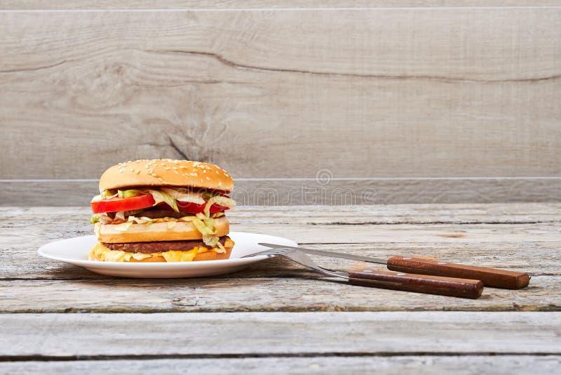 Couverts et hamburger photo stock