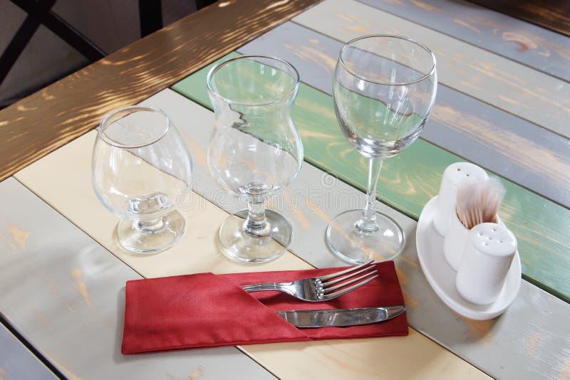 Couverts ordonnés sur la table dans un café image libre de droits