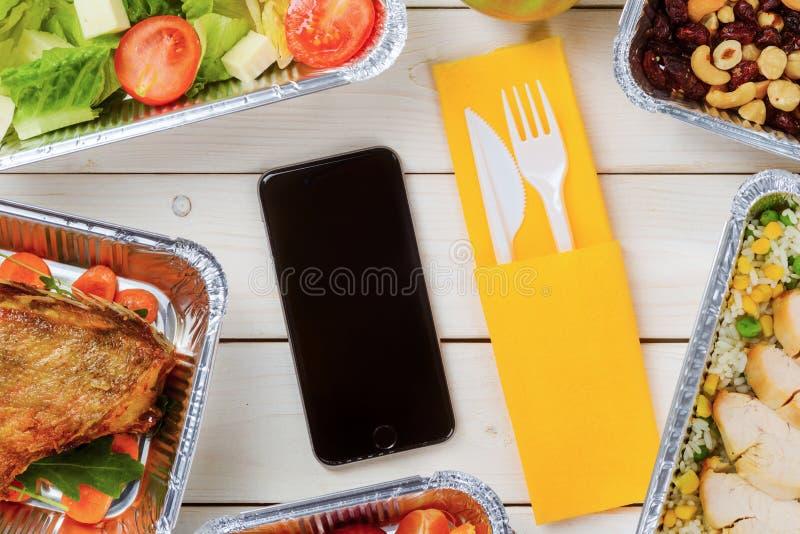 Couverts, salade et poulet maigre photos stock