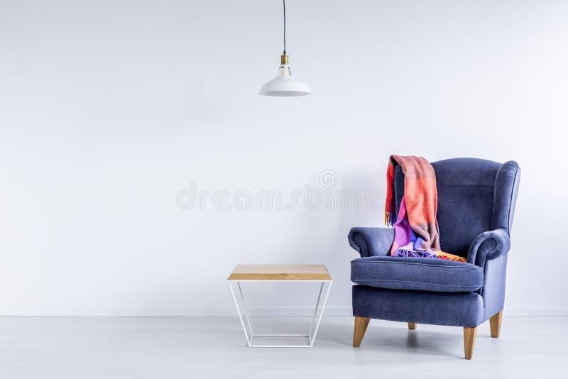 Couverture colorée sur le fauteuil bleu image stock